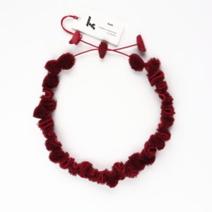 "Collier Kazh de la collection ""Galets"" de couleur rouge bordeaux en mouton retourné"