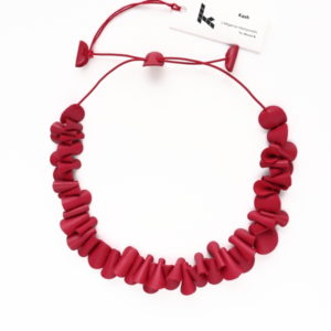 "Collier Kazh de la collection ""Galets"" en cuir de couleur rouge cerise."