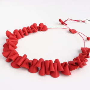 "Collier Kazh de la collection ""Galets"" en cuir de couleur Corail."