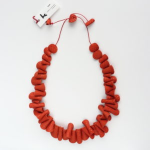 Collier Kazh de la collection Grands Galets en cuir orange python.