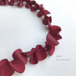 "Collier de la collection ""Petits Galets"" en cuir rouge cerise."