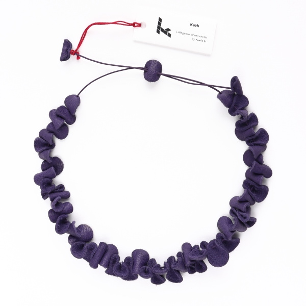 "Collier Kazh de la collection ""Galets"" en cuir de couleur violet nuit."