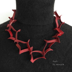 Collier Zigzag de Kazh By Annie B. rouge bordeaux