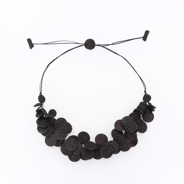 Collier Kazh by Annie B. collection Glycine en cuir de couleur noir galuchat
