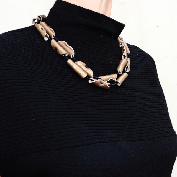 Collier Cannelle en cuir couleur bronze de Kazh by Annie B.