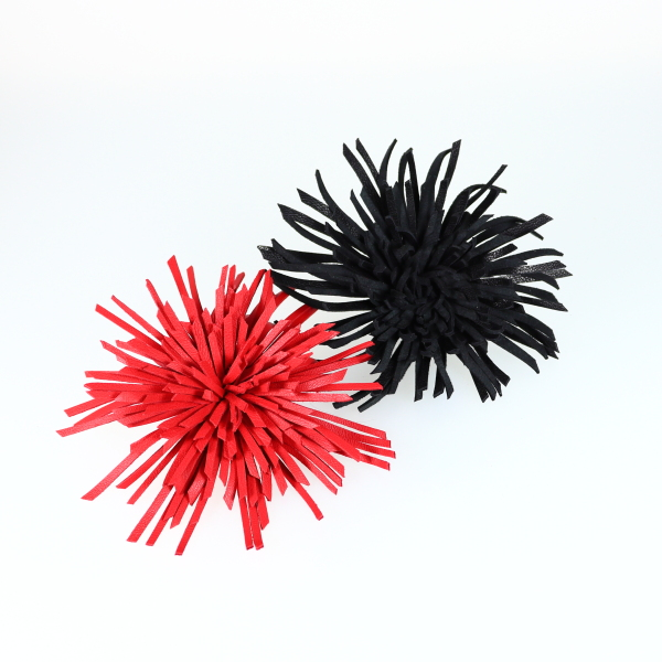 Broches Dalhia de Kazh by Annie B. en cuir de couleur orange et noir